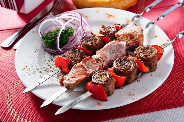 Wieprzowiny i warzyw skewers piec na grillu, zdrowy karmowy pojęcie, selekcyjna ostrość na drewnianym tle wschodnie jedzenie.