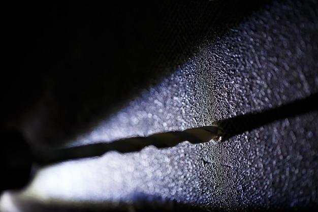 Wiercenie ściany wiertłem do betonu na wiertarkę