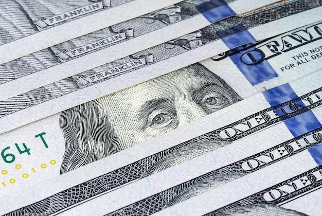 Wiersz banknotów sto dolarów amerykańskich z bliska