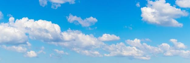 Wiersz białych chmur na niebieskim niebie, panorama