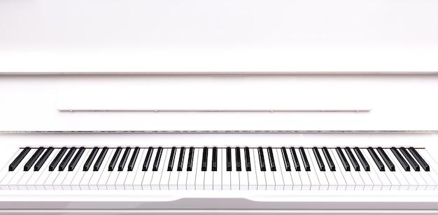 Wiersz czarno-białej klawiatury fortepianowej z pustym obszarem na górze.