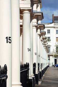 Wiersz gruzińskich domów w stylu ulicy w londynie
