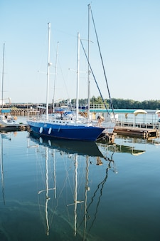 Wiersz jachtów zakotwiczonych w porcie miasta europejskiego.