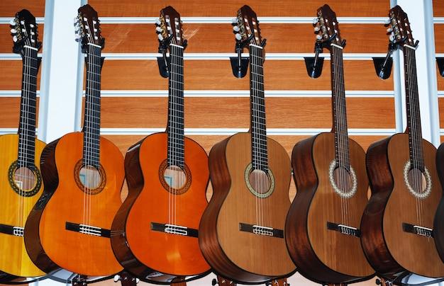 Wiersz klasycznych gitar akustycznych w sklepie muzycznym.