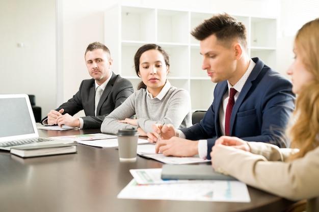 Wiersz ludzi biznesu w spotkaniu