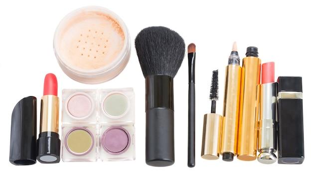 Wiersz makijażu kosmetyków na białym tle