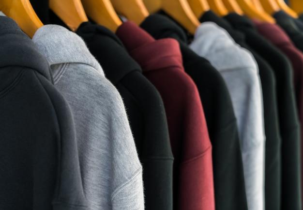 Wiersz modne ubrania na wieszakach.