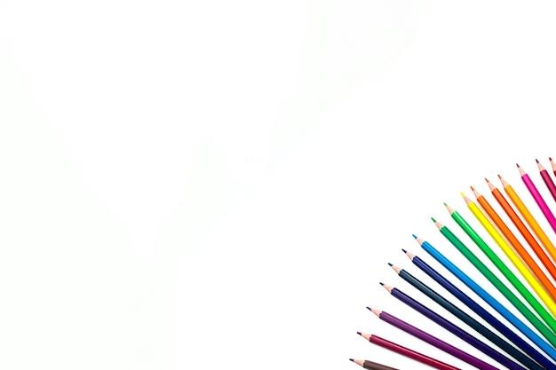 Wiersz różnych kolorowych pencilsjn białe tło.