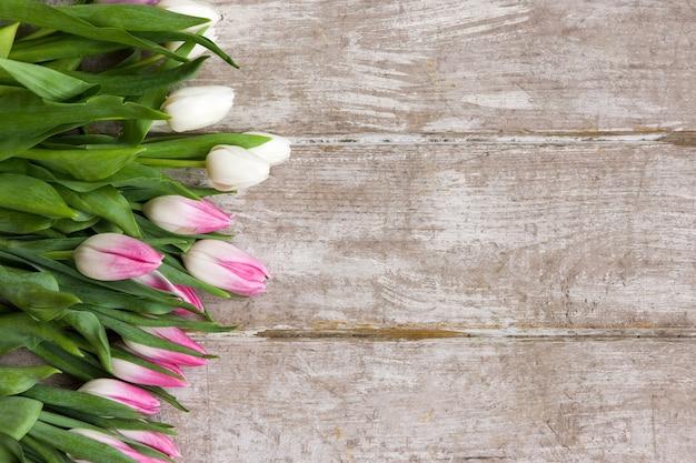 Wiersz różowych tulipanów. tło wiosna prezent. bukiet kwiatów na drewnianym tle z lato. ślub, prezent, urodziny, 8 marca, koncepcja kartki z życzeniami na dzień matki