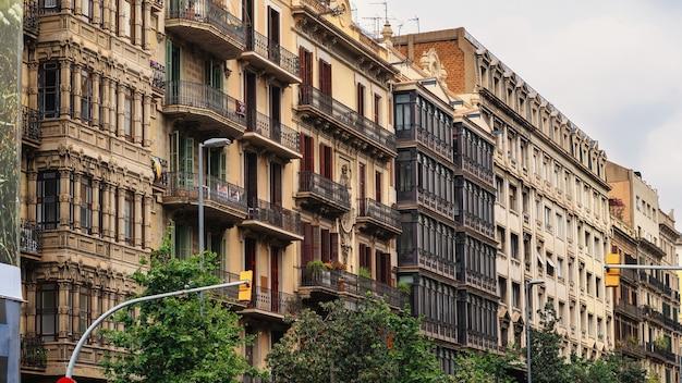 Wiersz starych budynków wykonanych w stylu klasycznym w barcelonie, hiszpania