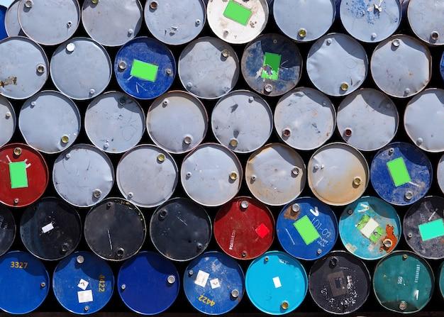 Wiersz zbiorników oleju.
