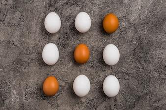 Wiersze dziewięciu jaj kurzych na stole