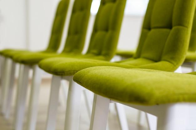 Wiersze krzeseł na konferencji w pustym pokoju. przedni widok