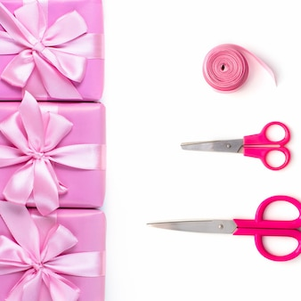 Wiersze pól sześć z darami dekoracji wstążki nożyczki satynowe łuk różowy widok z góry z płaskim lay