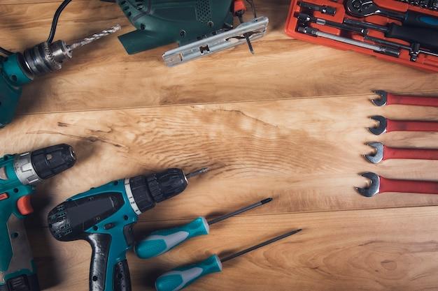 Wiertarka elektryczna i narzędzia architektoniczne na drewnianym stole