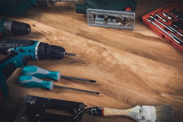 Wiertarka Elektryczna I Narzędzia Architektoniczne Na Drewnianym Stole Premium Zdjęcia