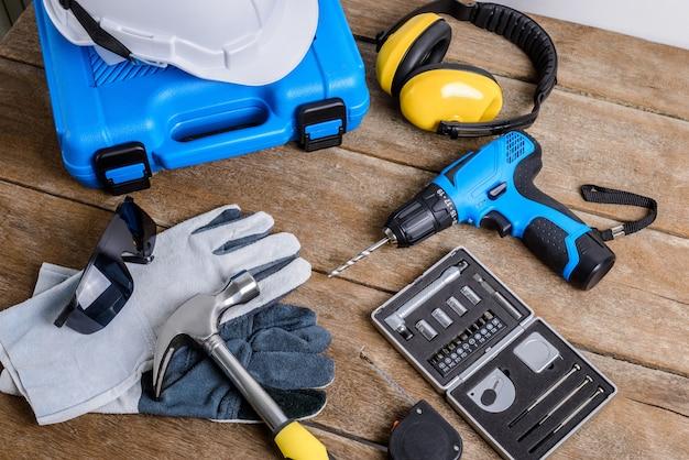 Wiertarka i zestaw wiertarki, narzędzia, stolarz i bezpieczeństwo, sprzęt ochronny