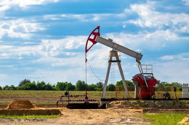 Wiertnice wiertnicze na pustynnym polu naftowym do wydobywania ropy naftowej z ziemi.