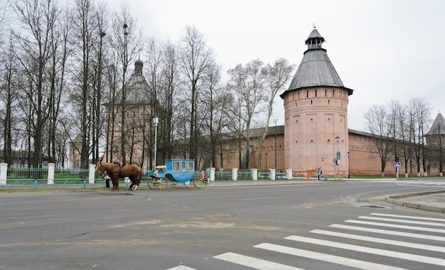 Wierza i ściana monaster święty euthymius w suzdal, rosja.