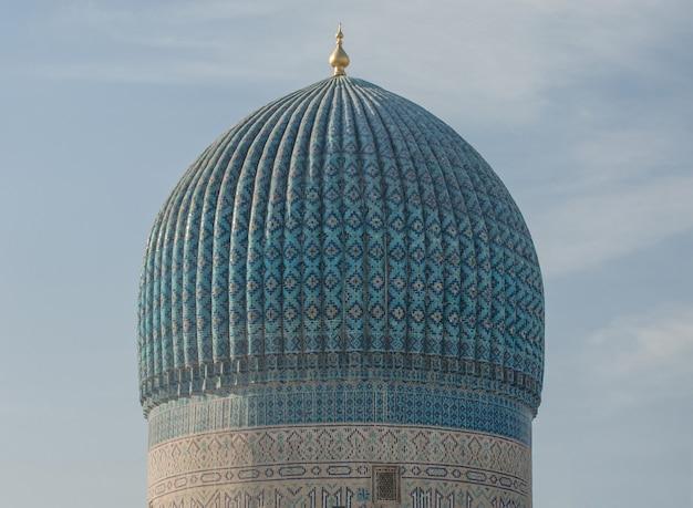 Wierzch kopuły z płytkami i mozaiką. szczegóły architektury średniowiecznej azji środkowej