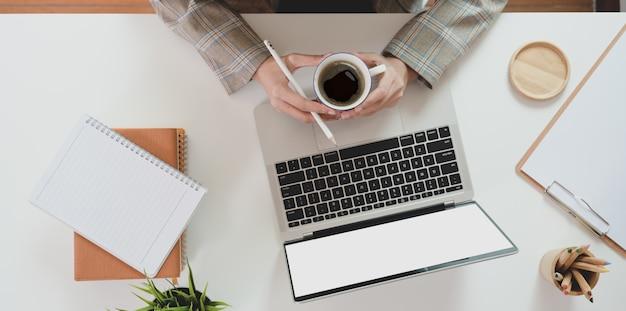 Wierzchołek trzyma filiżankę kawy bizneswoman