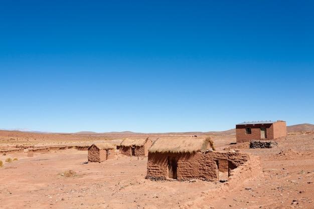 Wieś cerrillos na płaskowyżu andyjskim w boliwii
