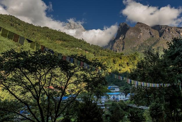 Wieś na szlaku trekkingowym mt.everest z pięknym widokiem na góry i rzekę