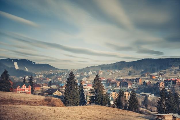 Wieś otoczona karpatami. ukraina.