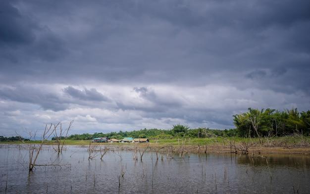 Wieś w pobliżu jeziora z chmurą deszczową