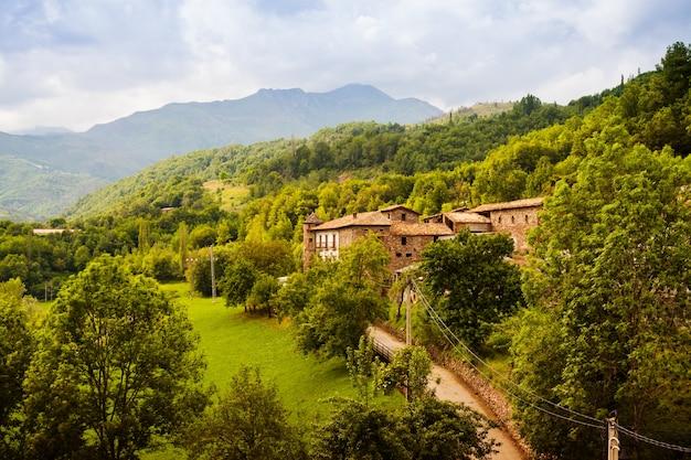 Wieś w pyrenees. noales, aragonii