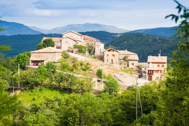 Wieś w pyrenees. seniu