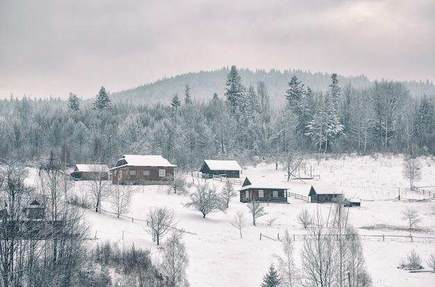 Wieś zakarpacie w górach pokrytych śniegiem.