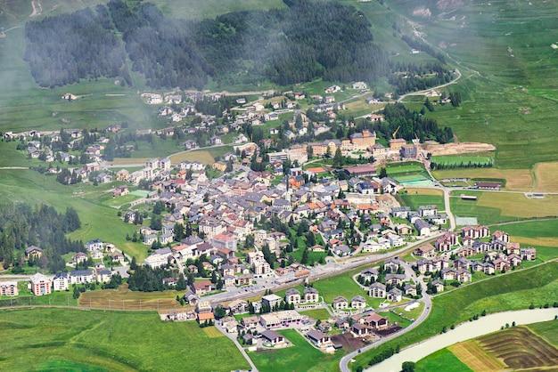 Wieś zuoz w dolinie engadyny w szwajcarii