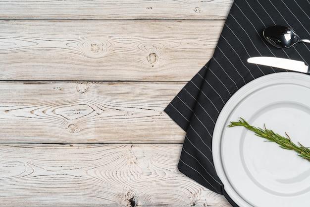 Wieśniaka stylu stołu położenie na drewnianym tle