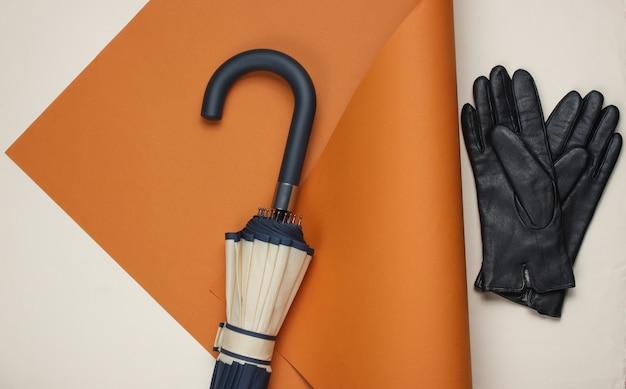 Wieszak na parasol, rękawiczki na złożonym papierze