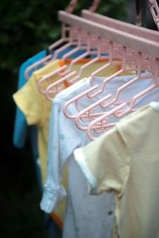 Wieszak na ubrania dla dzieci w odkrytym