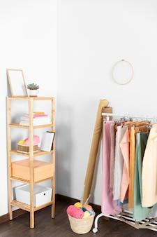 Wieszak na ubrania pod wysokim kątem w pomieszczeniu