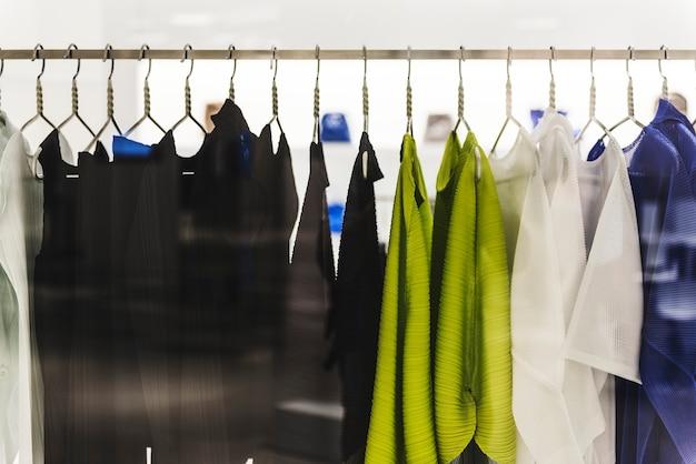 Wieszak na ubrania w sklepie z modą