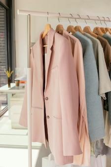 Wieszak na ubrania w sklepie