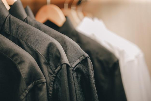 Wieszak na ubrania z męskimi koszulami