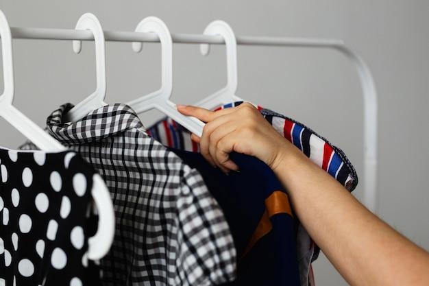 Wieszak na ubrania ze sprzedażą odzieży