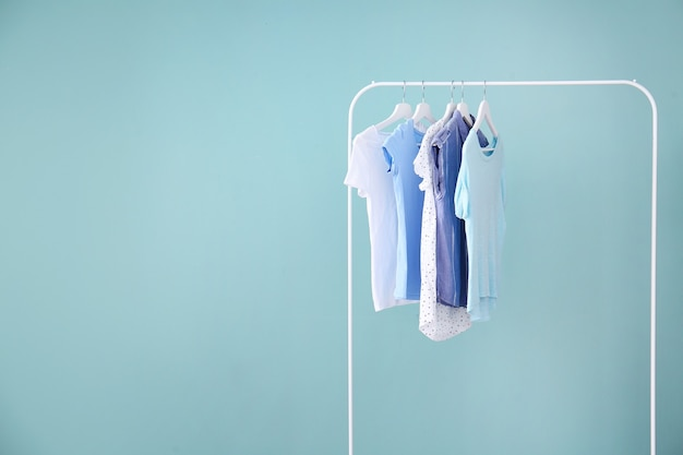 Wieszak z wiszącymi ubraniami