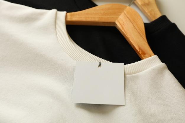 Wieszaki ze stylowymi bluzami