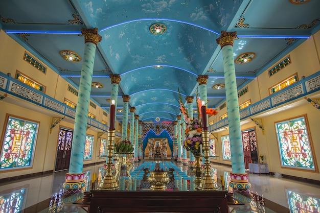 Wietnam - luty 2016 - wewnątrz świątyni świątyni cao dai w wietnamie