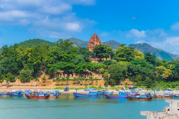 Wietnam ponagar tower z łodzi na plaży