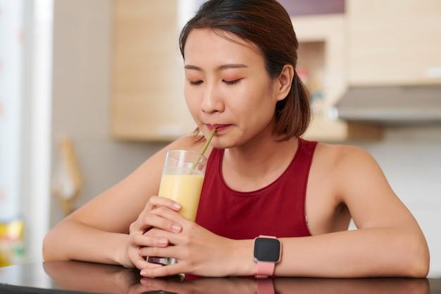 Wietnamka popijająca koktajl owocowy