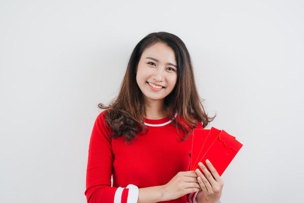 Wietnamka ze szczęśliwymi kopertami na pieniądze na księżycowy nowy rok