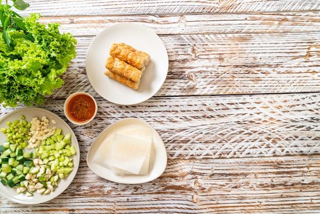 Wietnamska klopsik wieprzowy z okładami warzywnymi (nam-neaung lub nham due) - wietnamska tradycyjna kultura kulinarna