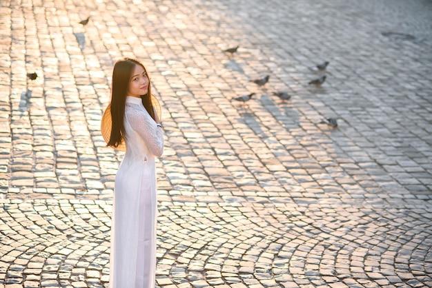 Wietnamska kobieta ubrała białą sukienkę ao dai. wietnamski tradycyjny strój.
