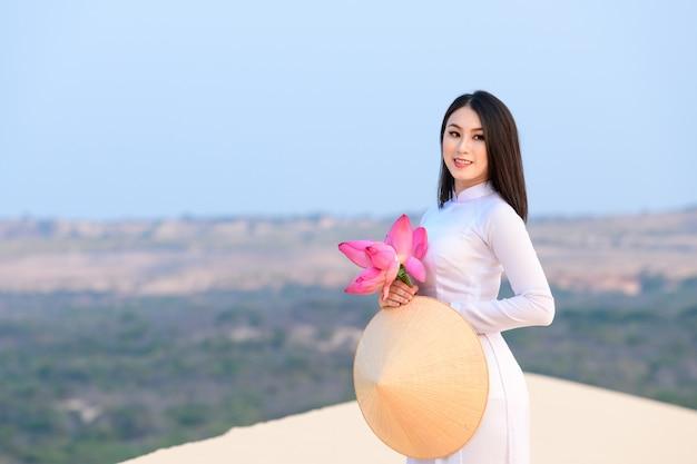Wietnamska kobieta z tradycyjnymi ubraniami